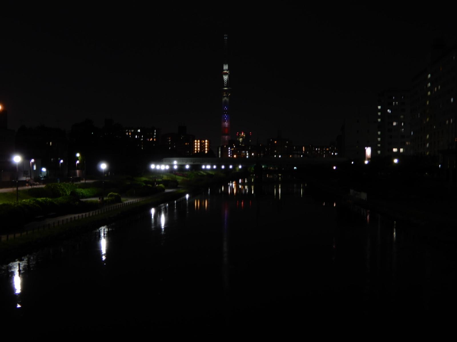 星条旗仕様に特別ライトアップされた逆さ東京スカイツリー