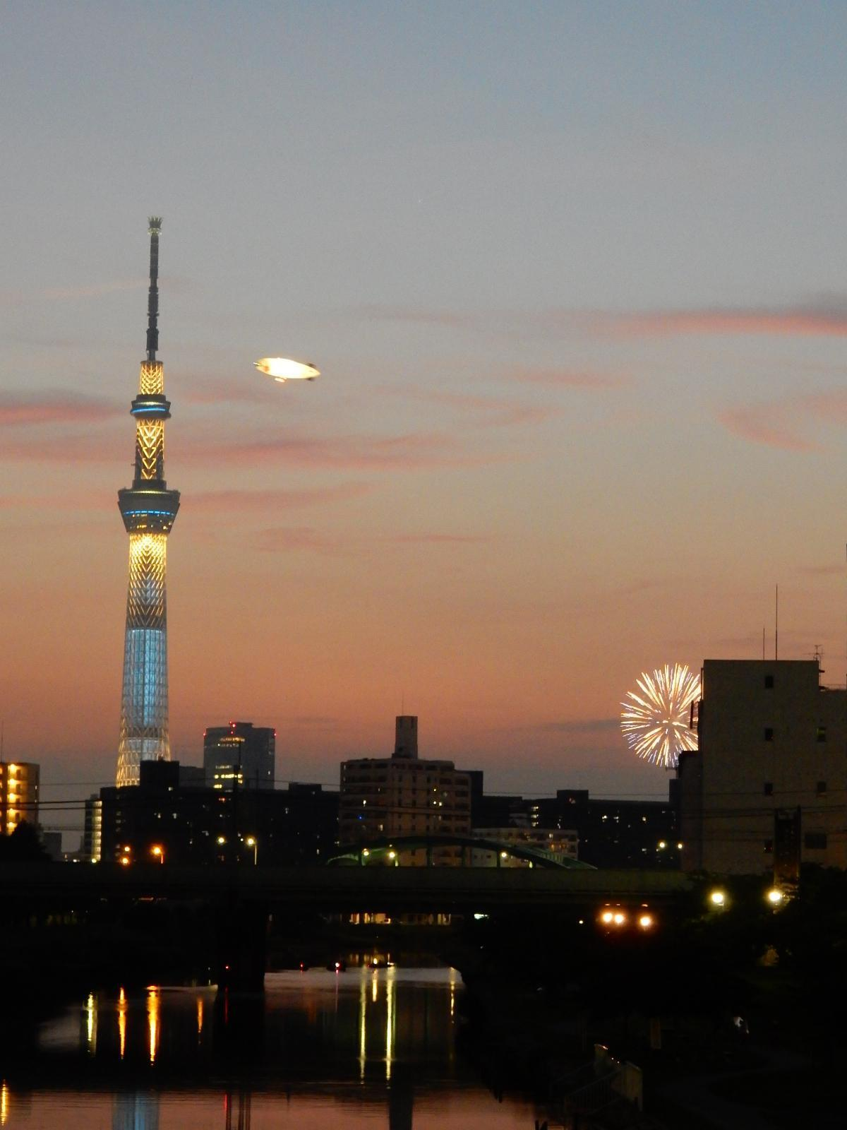 飛行船と花火と東京スカイツリー