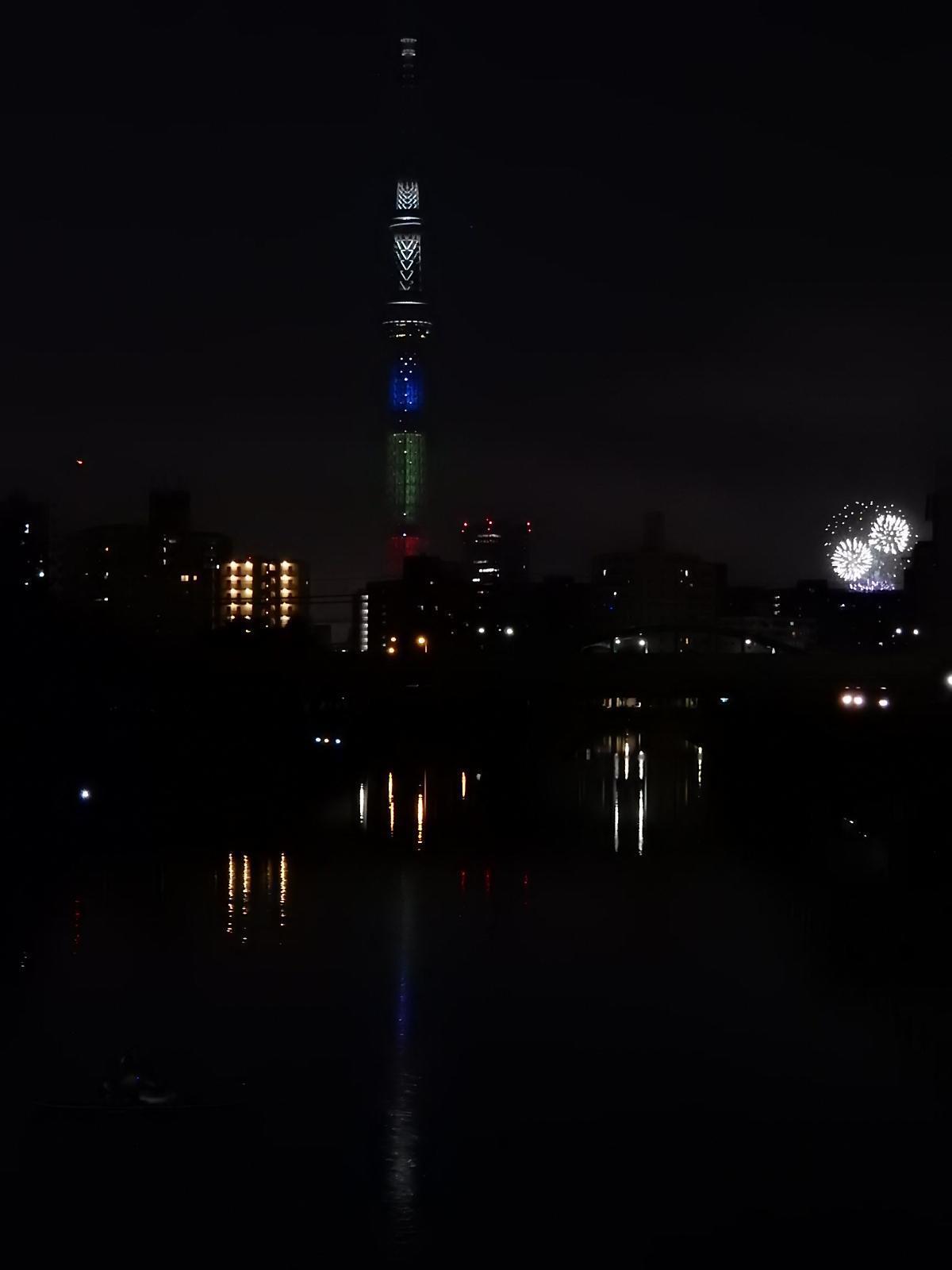 花火と光の三原色の東京スカイツリー