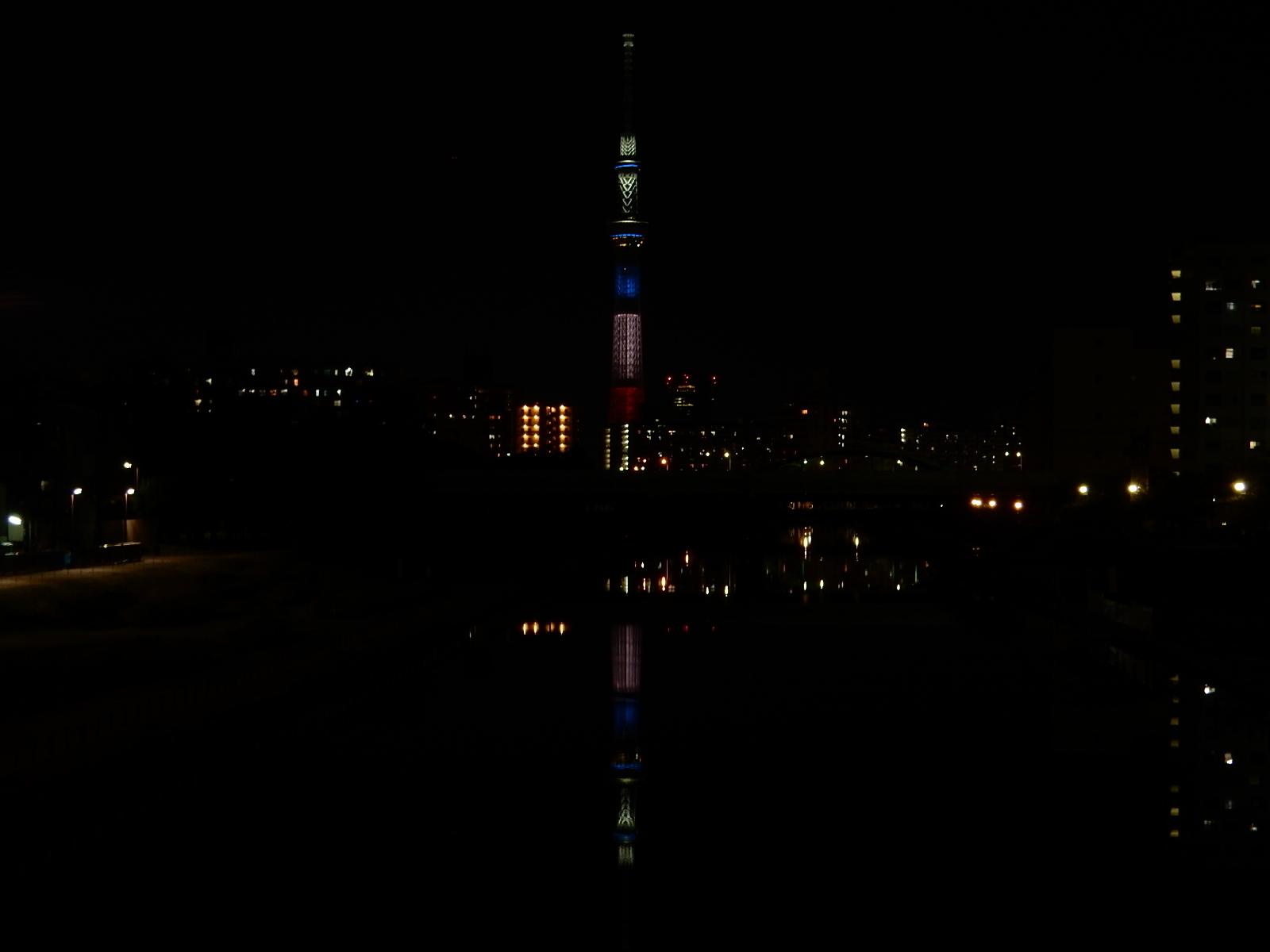 東京スカイツリーのフランス同時多発テロ追悼ライトアップ。