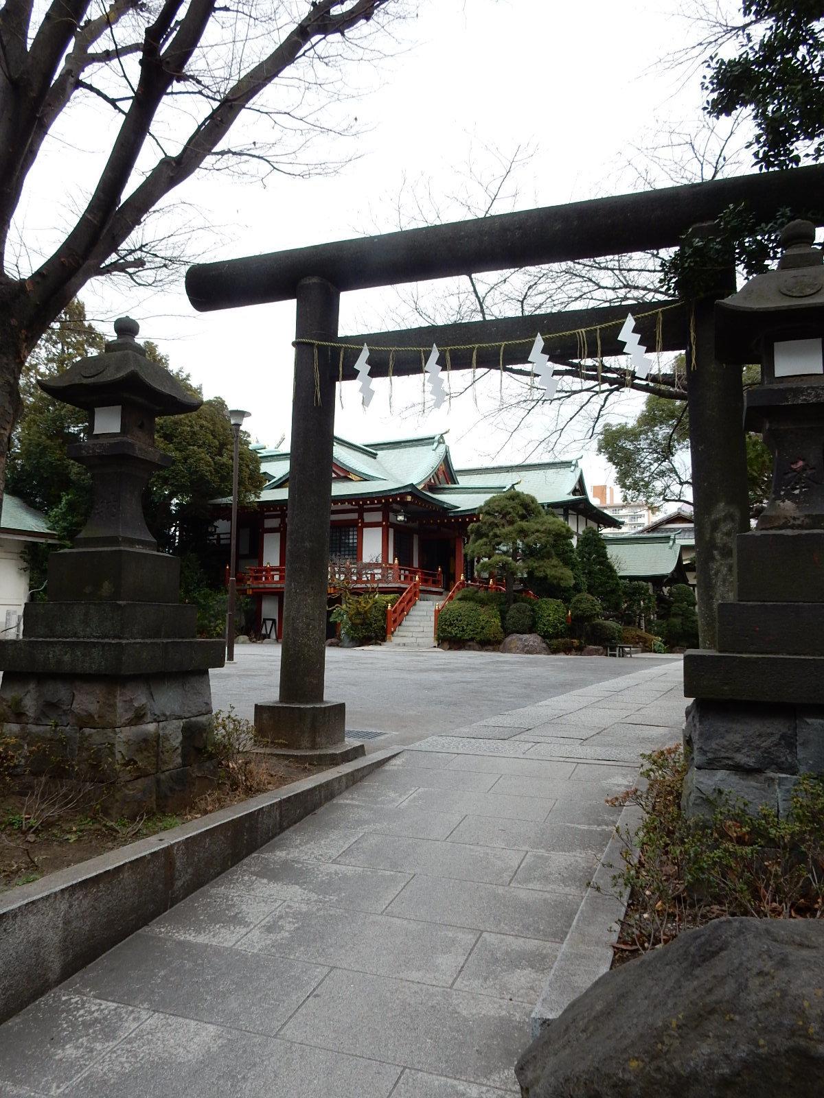 鳥居を正面にしての東大島神社境内を望む