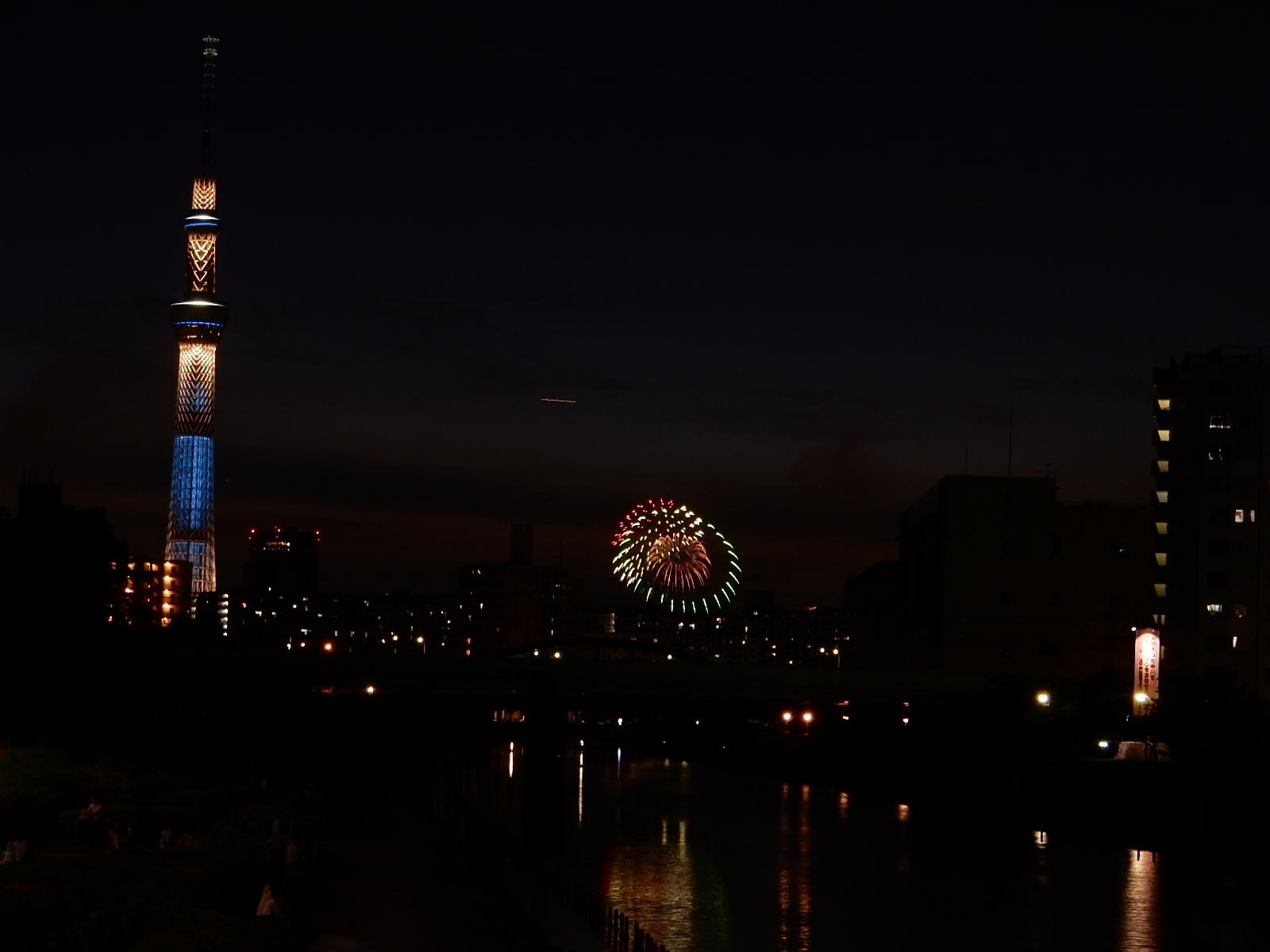 東京スカイツリーと花火