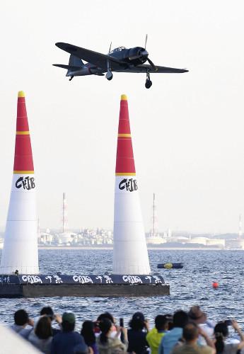 東京湾の上空を飛行する零戦(3日午後5時30分、千葉市美浜区で)