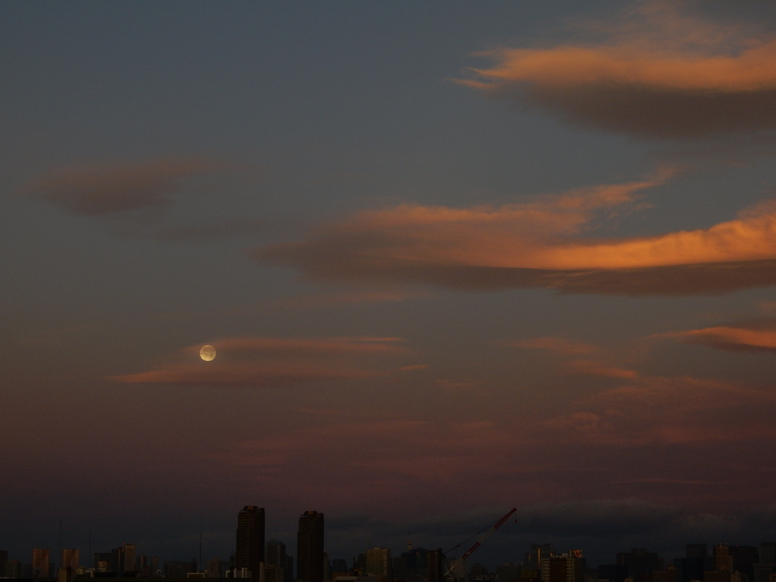 明け方の満月