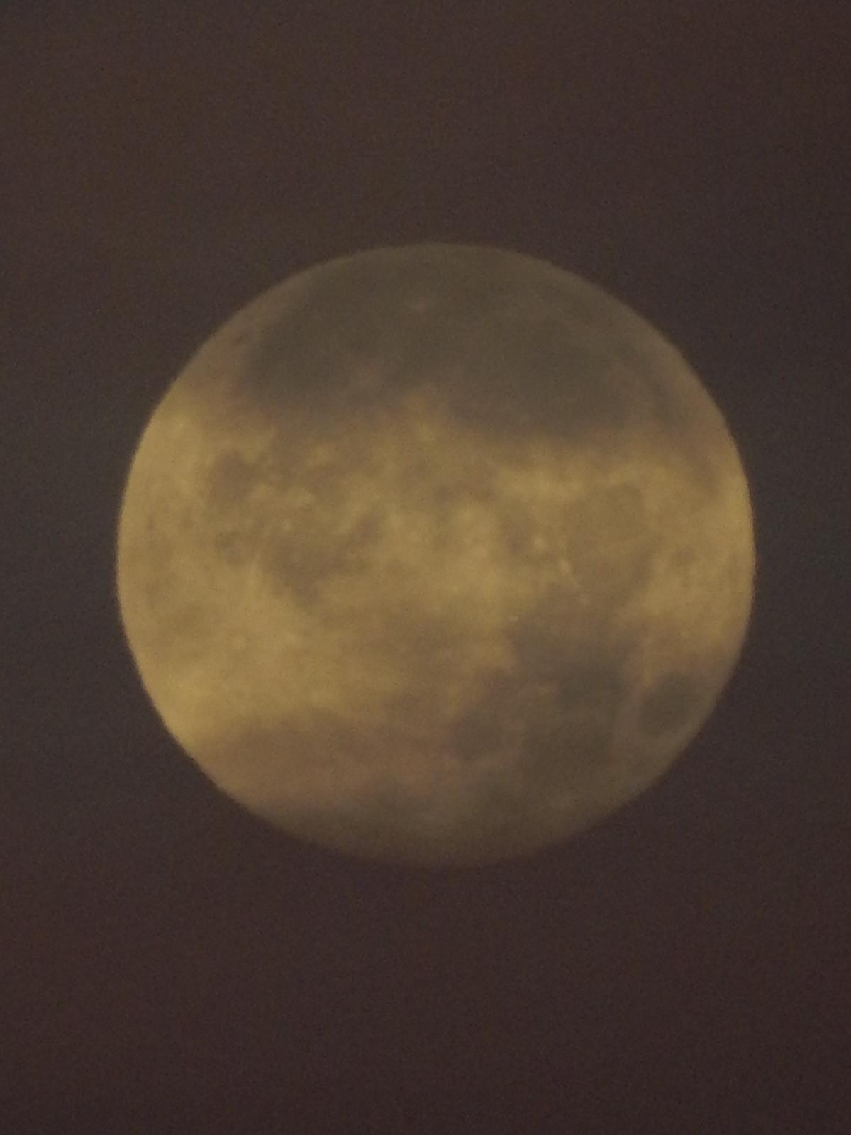 明け方に浮かぶ満月