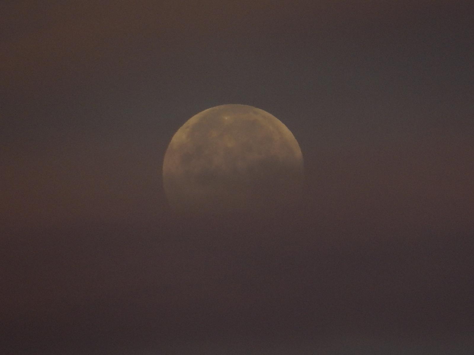 雲間から覗く満月