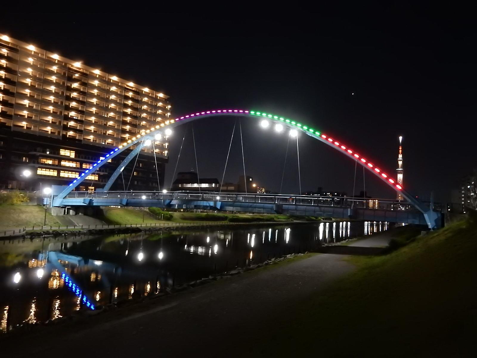 ライトアップされたふれあい橋と東京スカイツリー