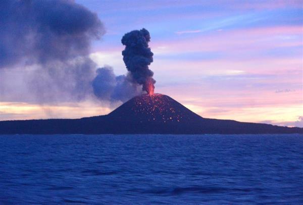 活発な火山活動が続く小笠原諸島・西之島=6月30日(海上保安庁提供)