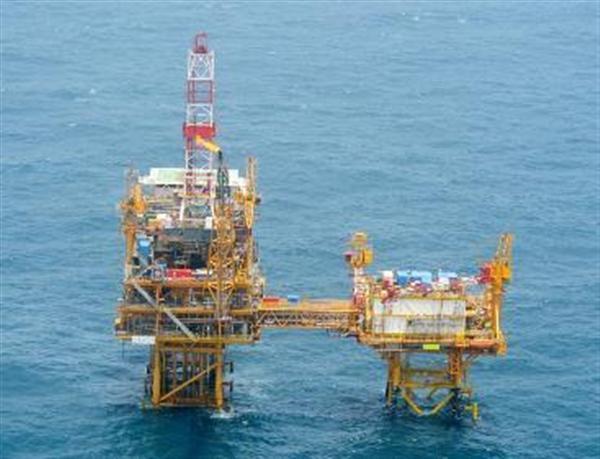 日本政府が公開した中国による東シナ海でのガス田開発に関する写真。「平湖」(左)と2015年3月に土台の設置が確認された構造物(第9基、右)=防衛省提供