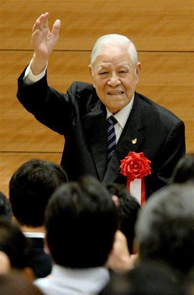 講演を終え、拍手に応えて手を振る台湾の李登輝元総統=22日午後、衆院第1議員会館