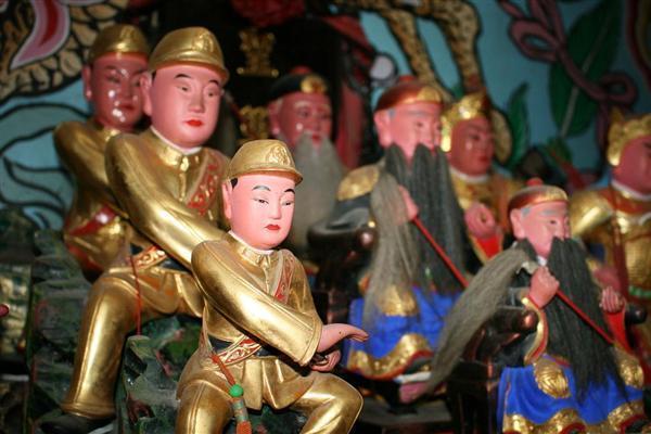 聖軍堂に地元の神々とともに安置された日本兵の像(写真左の3体)=台湾・新竹市