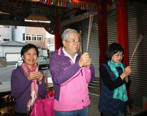 線香を手に日本兵を祭る聖軍堂に参拝する地元の人々=台湾・新竹市