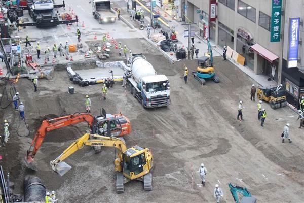 埋め戻しが進み、下水管のつなぎ目部分にコンクリートが流し込まれた=13日午後、福岡市博多区