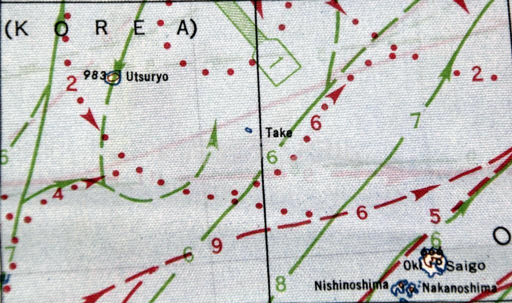 米軍が戦時中に制作した布製航空図。竹島は「Take」と表記されている(中央)