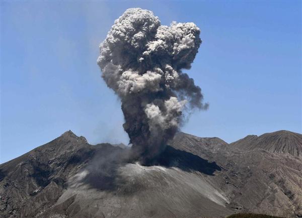 桜島の昭和火口で起きた爆発的噴火=28日午前11時2分、鹿児島県垂水市から